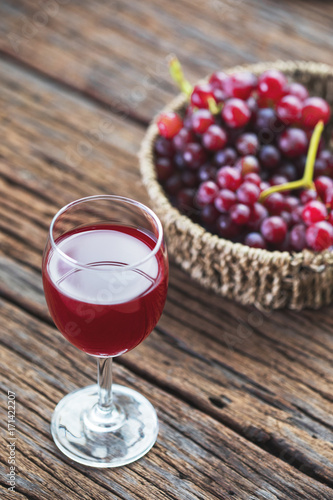 Foto op Plexiglas Sap Chilled Red Grape Juice with fresh fruits
