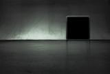 Dunkler Raum mit Bilderrrahmen