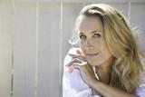 portrait d'une belle femme blonde de 45 ans