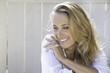 portrait d'une femme blonde joyeuse heureuse