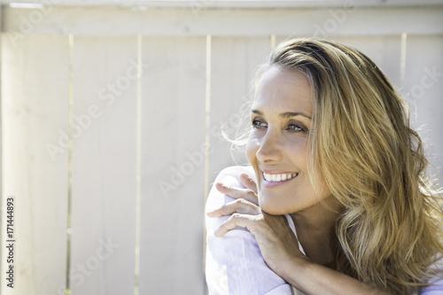 Foto Murales portrait d'une femme blonde souriante