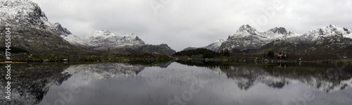 Aluminium Landschappen Reflection on a lake of snowy mountains in Norway