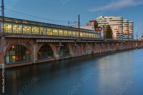 Aluminium Berlijn Trainstation at the river Spree in Berlin at dusk