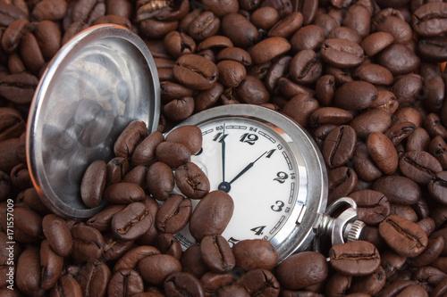 Fotobehang Koffiebonen pocket watch in coffee beans
