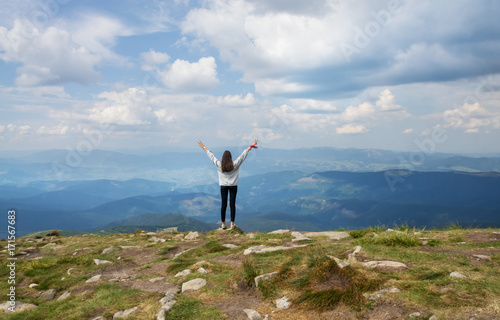 Foto op Canvas Wit The girl is standing on the edge of the mountain