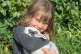 jolie jeune fille et son lapin