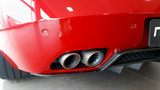 rot lackierte auto mit sportauspuff.