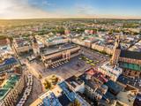 Kraków - stare miasto z lotu ptaka. Rynek Główny i Sukiennice w świetle wieczornego słońca.