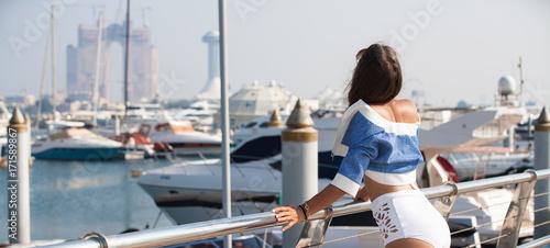 Spoed canvasdoek 2cm dik Abu Dhabi Woman enjoying view