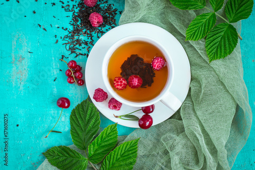 Papiers peints The Freshly brewed tea with summer ripe berries. Top view with copy space