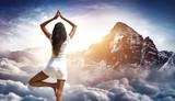 Frau mach Fitness Yoga Übung auf Bergipfel