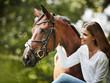 junge Frau mit ihrem Pferd - 171723005