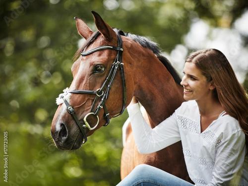 junge Frau mit ihrem Pferd Poster