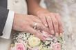 Leinwandbild Motiv Hochzeit Brautstrauß und Ringe Close-up