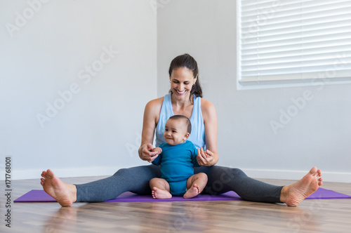 Papiers peints Ecole de Yoga Woman playing with infant