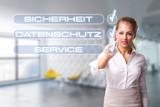 Geschäftsfrau hakt Checkliste mit