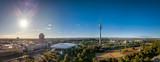 Flug durch den Olympiapark mit bester Sicht auf den Olympiaturm im Spätsommer mit Blick auf die Berge, die Alpen