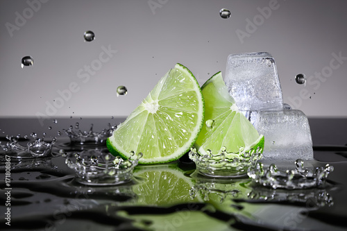 Lime slices with water drops and ice cubes - 171808867