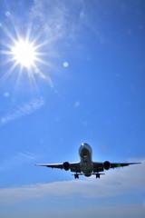 大空を飛ぶジェット機