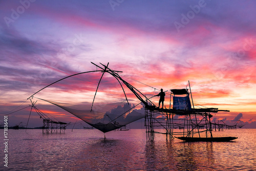 Fotobehang Zee zonsondergang fishermen catching prawns early morning in Phatthalung province, Thailand