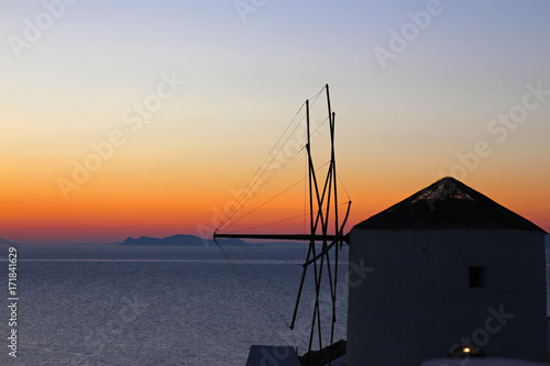Fotobehang Santorini Mulino di Santorini con tramonto