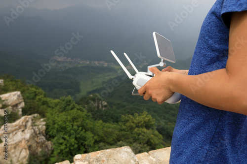 Papiers peints Pekin flying drone taking photo of the great wall landscape in China