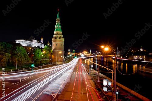 Ruch uliczny i widok nocy Kremla