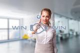 Geschäftsfrau akzeptiert eine Win-Win-Verhandlung