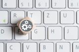 Würfel auf Tastatur mit Getriebesymbolen