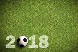 Fußball auf Rasen mit Aufschrift 2018