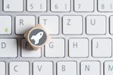 Würfel auf Tastatur mit Raketensymbol