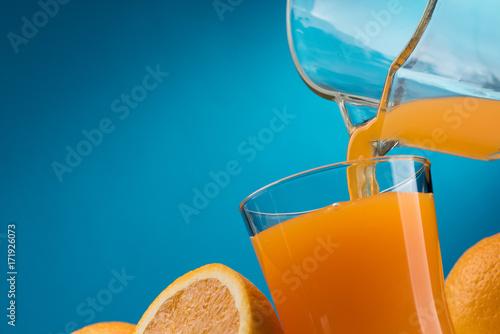Papiers peints Jus, Sirop Pouring orange juice into a glass