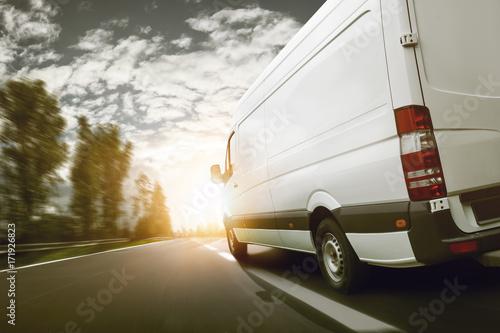 Fototapeta Lieferwagen transportiert bei Sonnenaufgang