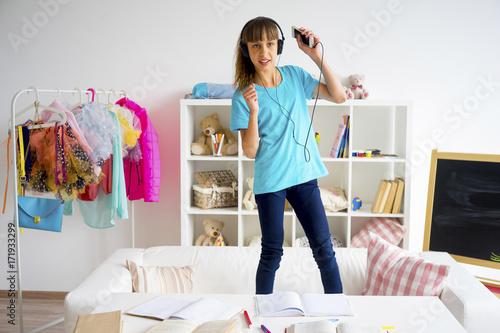 Poster Teen girl listening to music