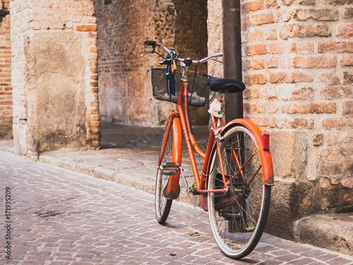 Tuinposter Fiets Altes Fahrrad in alter Straße
