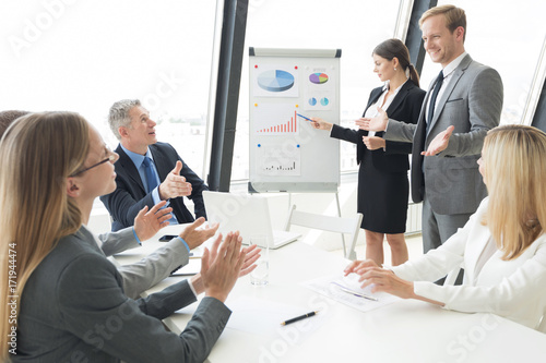 Zobacz obraz Business team at presentation