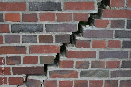 In de dag Baksteen muur Mauerriss