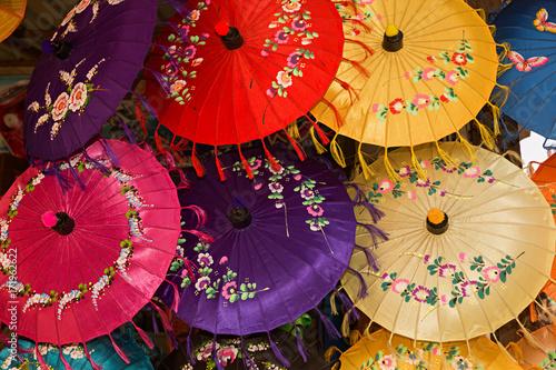 Sombrillas de seda en Myanmar Poster