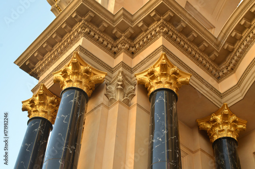 In de dag Las Vegas gold lion head pillars architectural feature Las Vegas skyline