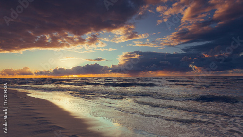 Fotobehang Zee zonsondergang Beatiful sunset with clouds over sea and beach