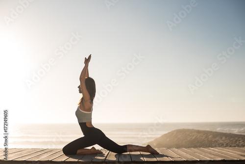 Papiers peints Ecole de Yoga Fit woman enjoying sunset on the beach