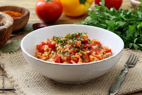 risotto con pomodoro e peperoni cibo vegetariano