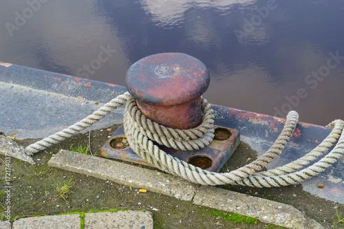 Deurstickers Noordzee Poller am Hafen