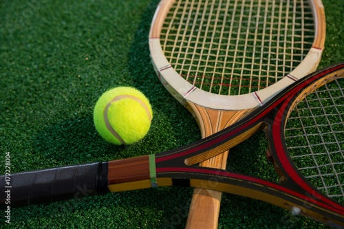Fotobehang Tennis Close up of wooden racket with tennis ball