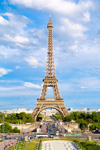 Foto op Plexiglas Eiffeltoren The Eiffel Tower on a beautiful day in Paris
