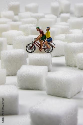 Modellfiguren Paar auf Fahrrad fährt über Zuckerberge (Hochformat) Poster
