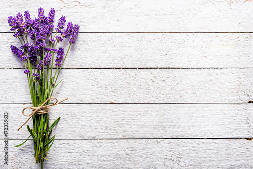 Aluminium Lavendel Fresh flowers of lavender bouquet, top view on white wooden background