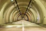 薄暗いトンネル