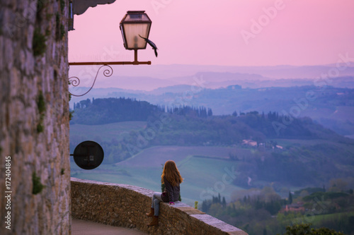Deurstickers Toscane girl looking at the tuscanian landscape