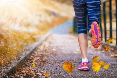 Deurstickers Jogging Beine einer Läuferin im herbstlichen Park